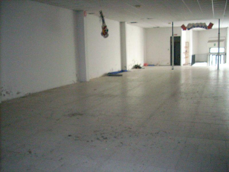 Prato est ( zona Mezzana ) fondo commerciale di mq. 680, con affaccio su via principale, bagni, ufficio, altezza circa 7 m. Classe energetica G - IPE 95 kw/mc. Rif. F588