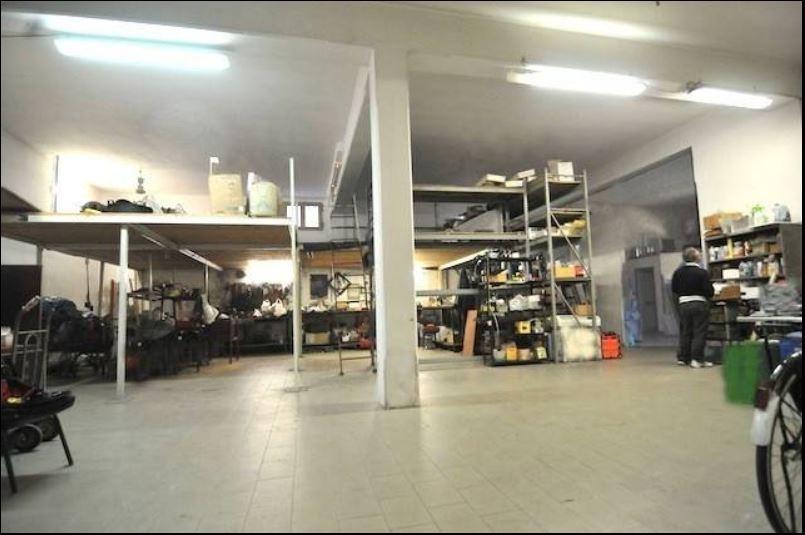 Locale commerciale monolocale in affitto a Prato (PO)