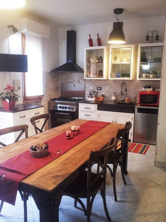 Villa in vendita a Vaiano, 10 locali, prezzo € 370.000 | CambioCasa.it