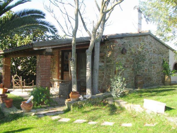 A circa 12 km da Grosseto, in località Poggio la Mozza bellissimo ambito caratteristico della Maremma Grossetana, vendiamo Casale caratteristico in complesso immobiliare di  210 mq con piscina di 50 mq e uliveto di circa 7000 mq. Arredato.