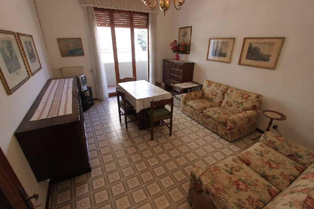 Appartamento in vendita a Carrara, 4 locali, zona Località: (ZONA MARINA DI CARRARA), prezzo € 215.000 | Cambio Casa.it