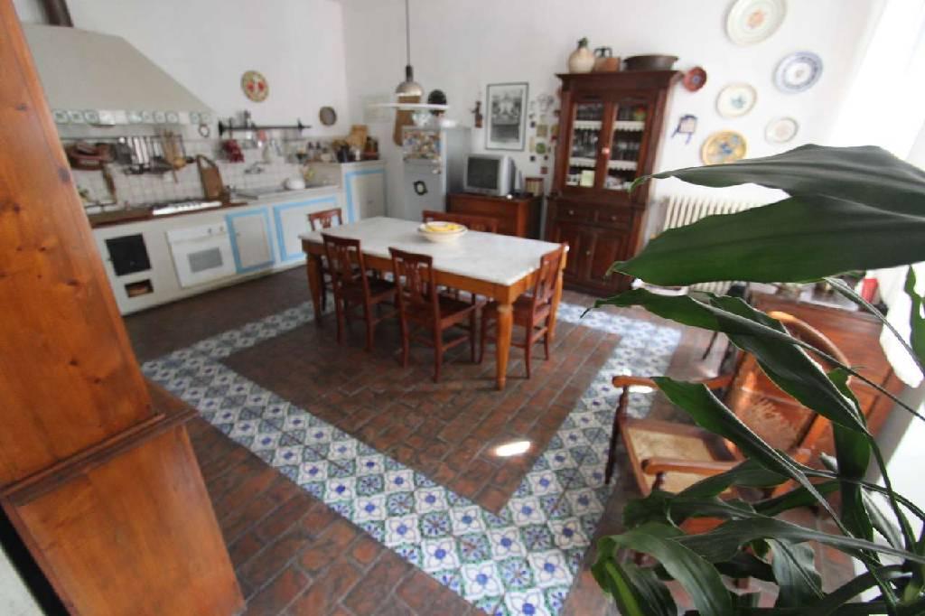 Appartamento in vendita a Carrara, 6 locali, zona Località: (ZONA GENERICA), Trattative riservate | Cambio Casa.it