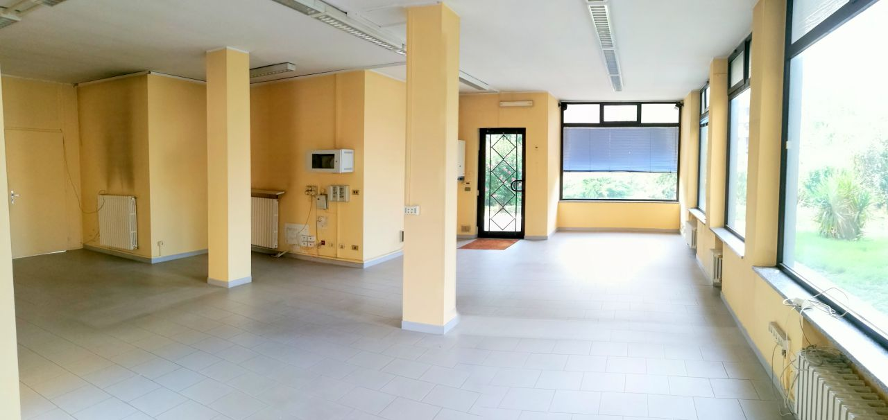 Negozio / Locale in vendita a Chivasso, 4 locali, prezzo € 350.000 | CambioCasa.it