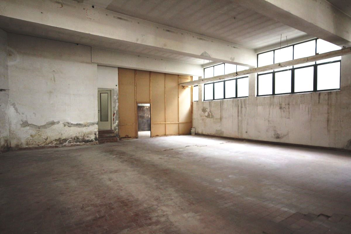 Magazzino - capannone in discrete condizioni in vendita Rif. 11236391