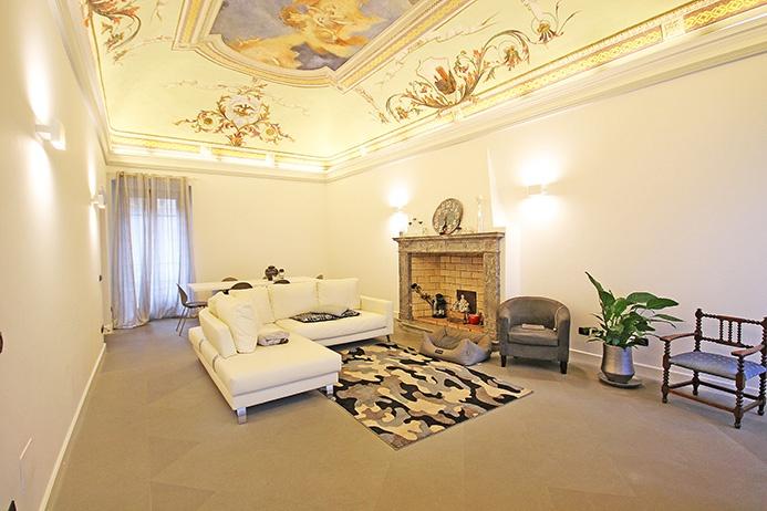 Prestigioso appartamento nobile affrescato di mq 210 posizionato in pieno centro storico del paese a pochi passi dal lago e dalla marina