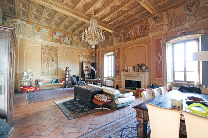 Immobile di mq 320 situato al piano nobile, nel cuore della struttura accessibile tramite lo stupendo scalone nobile principale riccamente affrescato.