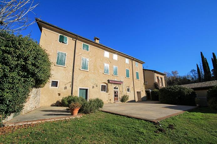 Albergo in vendita a Costermano, 20 locali, Trattative riservate | CambioCasa.it