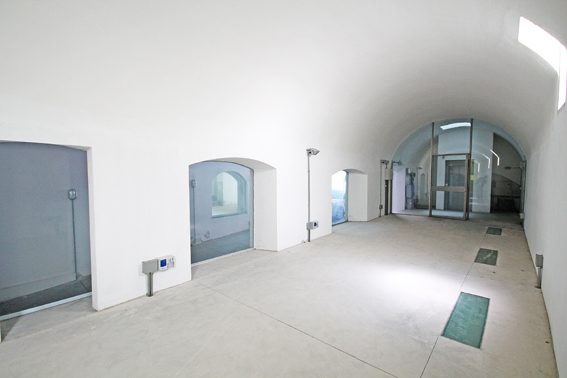 Prestigioso spazio ad uso show room totalmente indipendente situato all'interno di importante complesso di rilevanza artistica ed architettonica nel centro di Alzano Lombardo