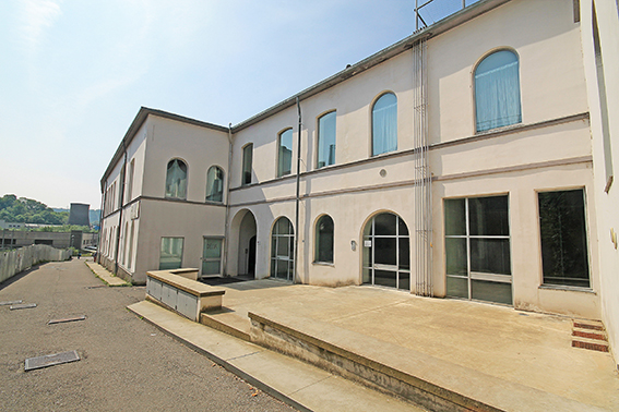 Pregevole negozio fronte strada situato all'interno di importante complesso di rilevanza artistica ed architettonica nel centro di Alzano Lombardo.