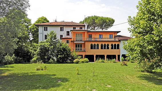 Prestigiosa villa d'epoca degli inizi 900 situata nella campagna della provincia di Venezia. La villa si affaccia splendidamente sul parco di mq 5.600 ove si trovano alberi secolari, passeggiate, un pozzo artesiano di 270 mt. ed un ruscello con trote e carpe in un'oasi di verde
