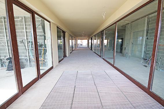 Importante spazio commerciale di nuova realizzazione situato in posizione centralissima e prestigiosa direttamente fronte spiaggia distante 50 metri dal mare