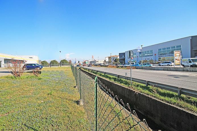 Spazio commerciale di grande visibilità a reddito direttamente affacciato su primaria via di comunicazione dotato di ingresso indipendente al piano terreno oltre grande parcheggio privato sul fronte Rif. 5375662