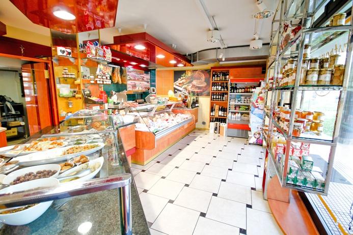 Spazio commerciale di mq 121 dotato di 3 cantine con attività di gastronomia con canna fumaria per ristorazione Rif. 6134514
