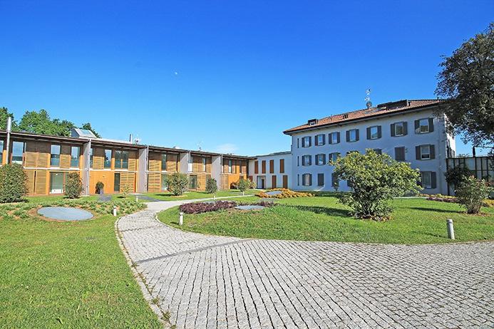 Disponibili prestigiosi e moderni appartamenti quadrilocali con giardini privati e terrazze solarium situati all'interno di esclusivo contesto, una prestigiosa ricostruzione di design contemporaneo di antico convento seicentesco immerso nella totale quiete di un grande parco condominiale distante a pochi minuti da Bergamo centro