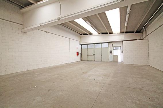 Immobile di mq 200 con altezza metri 4, situato al piano primo dotato di bagno e parchegio esterno. € 10.000,00 + Iva annui. Rif. 8601232