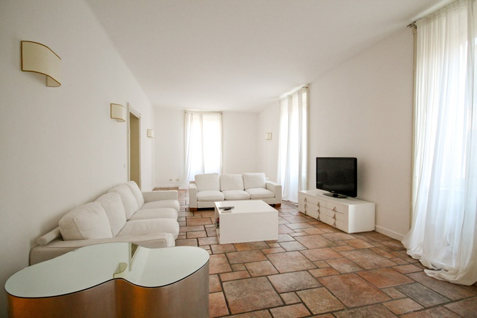 Elegante e pregevole appartamento di 218 mq oltre balconi situato all'interno di prestigioso palazzo d'epoca perfettamente mantenuto, dotato di ascensore e portierato