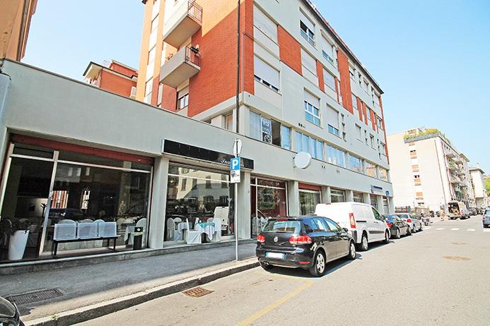 Spazio commerciale fronte strada di mq 490 oltre mq 210 di sotto negozio con permanenza persone, dotato di 9 vetrine d'angolo fronte strada oltre ulteriori 6 finestre in cortile pedonale interno. Redimento annuo lordo pari al 7 %. Rif. 11188843