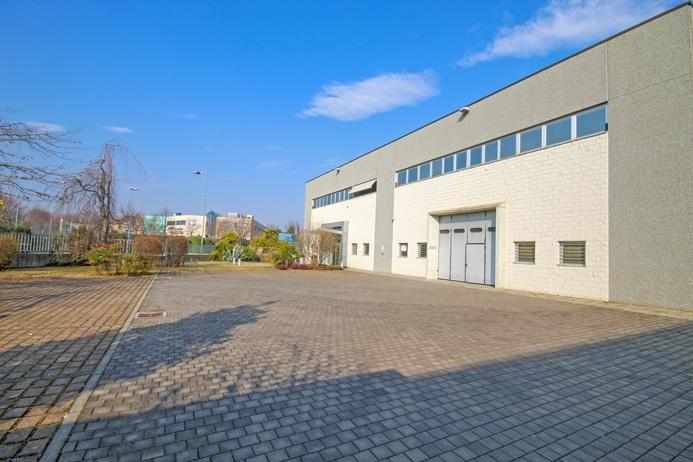 Magazzino di mq 380 con altezza interna di metri 9 e doppio accesso fronte e retro con doppio cortile per un totale di mq 230 Rif. 9700505