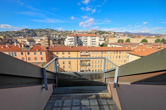 Moderno ufficio ultimo piano di 290 mq dotato di 40 mq di terrazze a pozzo con stupenda vista di città alta dominante l'intero centro storico di Bergamo Rif. 9833801