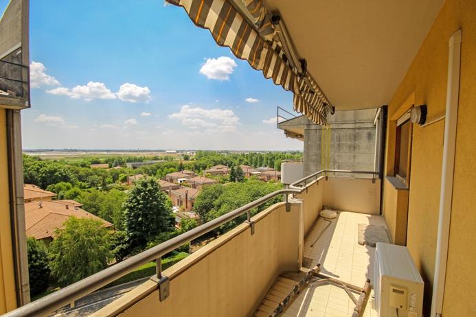 Disponibili due appartamenti trilocali di mq 85 oltre mq 10 di terrazzo situati in edificio elegante e ben tenuto di circa 20 anni dotato di ascensore e giardino condominiale