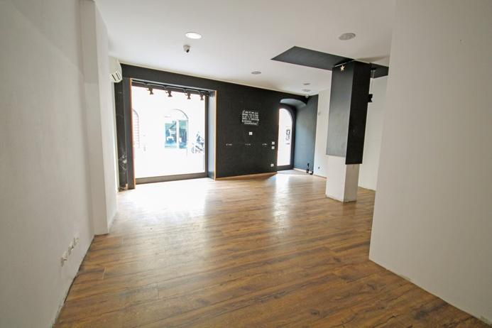 Elegante spazio commerciale di mq 90 dotato di cantina internamente collegata, porticato esterno esclusivo e posto auto Rif. 11585291