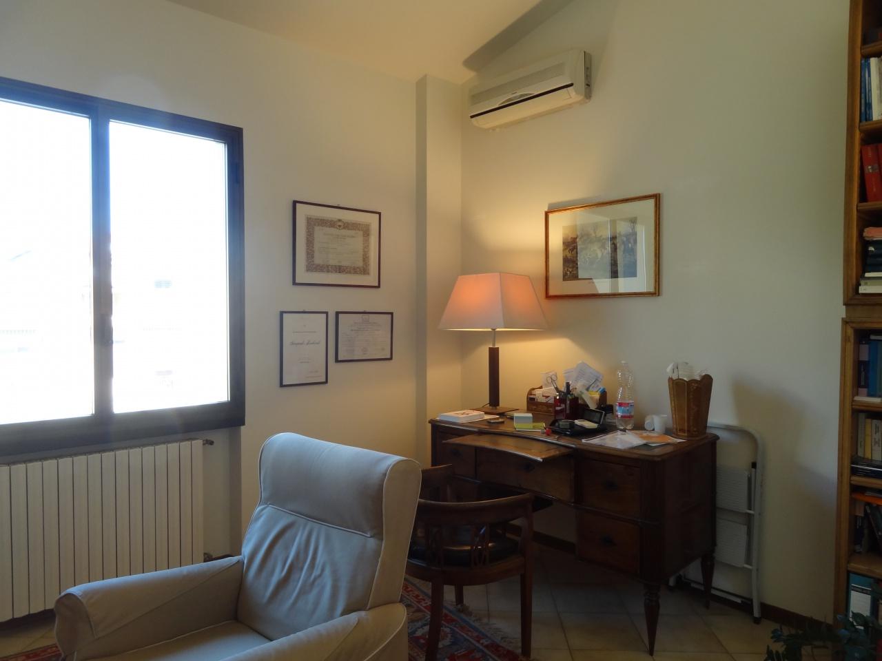 Ufficio composto da ingresso, 2 stanze, bagno, ripostiglio, termosingolo, aria condizionata, ascensore; misura circa 50 mq. e viene affittato parzialmente arredato. Rif. 10963800