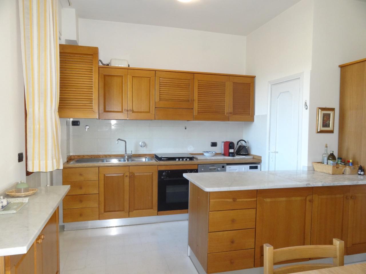 Appartamento arredato composto da ingresso, soggiorno, cucina abitabile, 3 camere, 2 servizi, ripostiglio, terrazzo, giardino, posto auto, termosingolo.