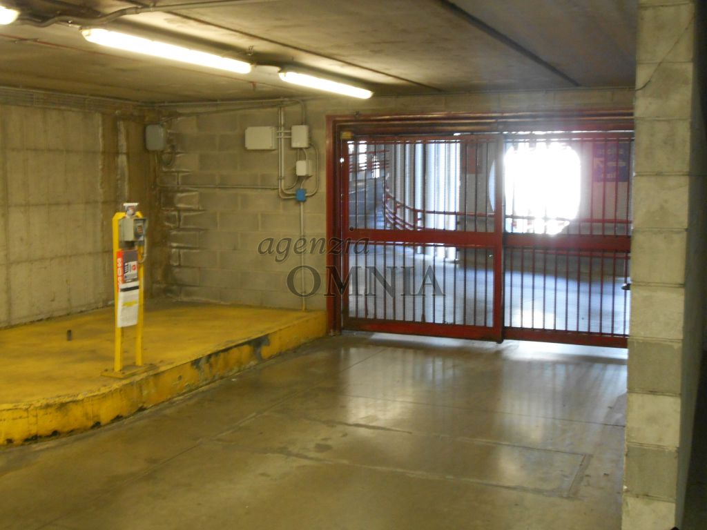 Stazione centrale S. M. N affittiamo posto auto coperto (sotto la stazione), comodo e adatto per chi ha un' attivita' o l'abitazione nella zona piu' centrale di Firenze