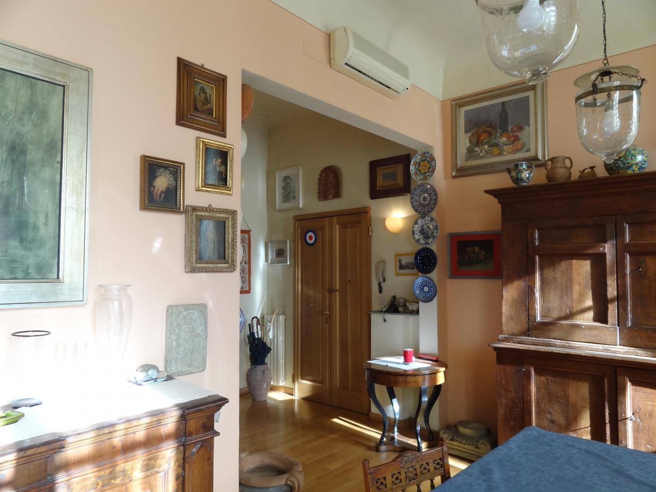 Appartamento in buone condizioni in vendita Rif. 9839957