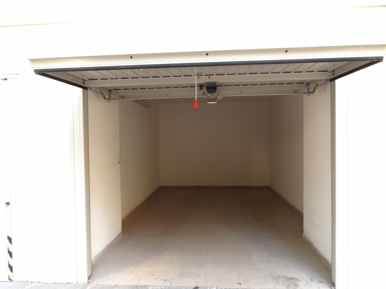 VIALE MILTON adiacenze (via Poliziano) affittiamo comodo box auto di recente costruzione con apertura automatizzata e facile accesso.