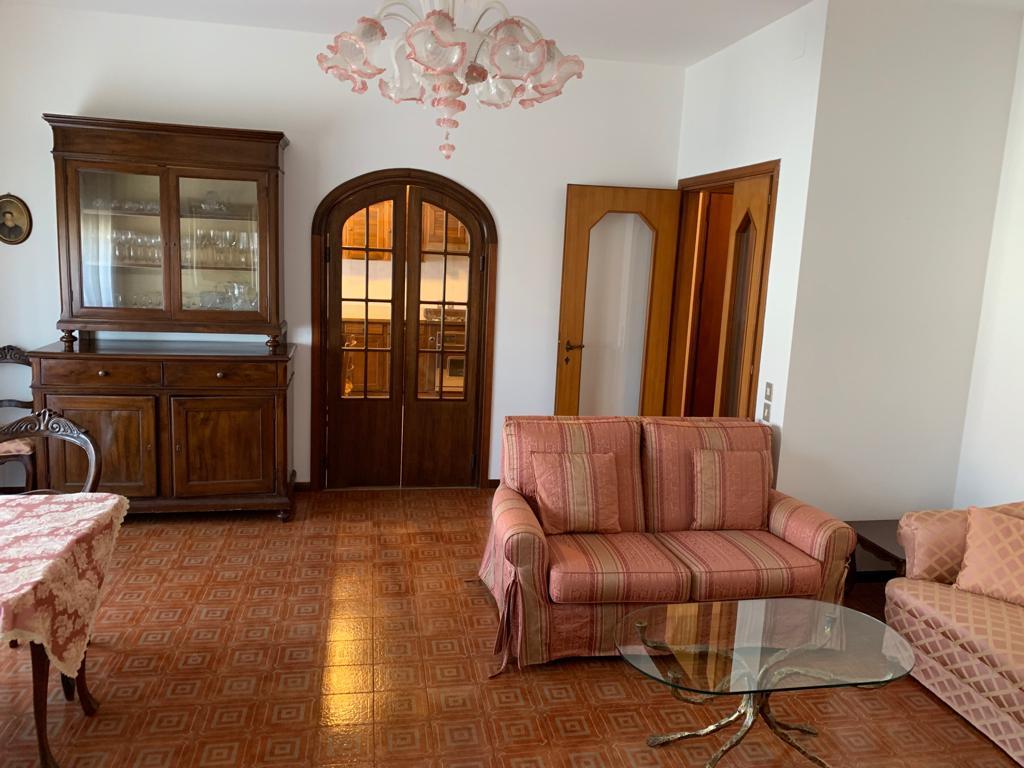 Appartamento in buone condizioni arredato in affitto Rif. 9793345