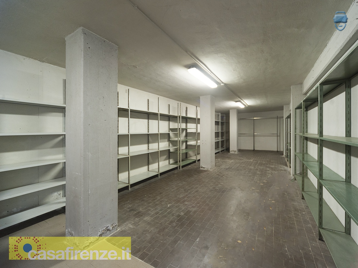 Affittasi locale uso deposito 66 mq, piano interrato, open-space con scaffalature, situato in Viale Europa, Firenze ... Rif. 10806948