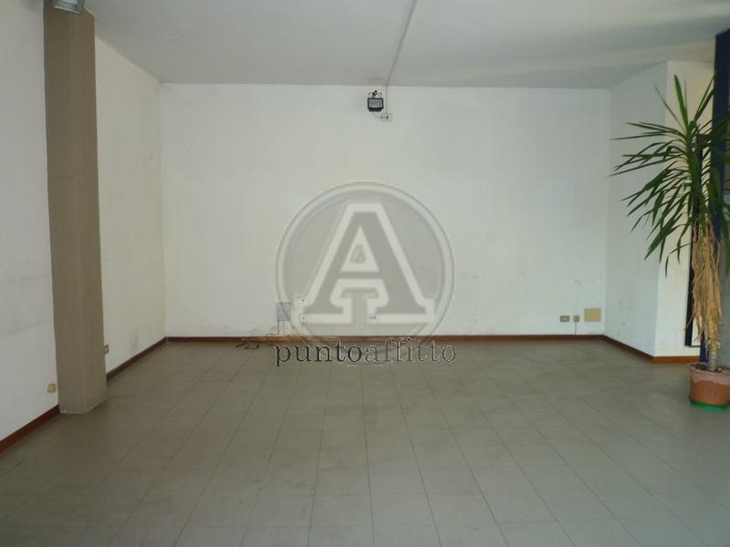 Negozio / Locale in affitto a Lucca, 9999 locali, zona Località: S. MARCO, prezzo € 800 | Cambio Casa.it
