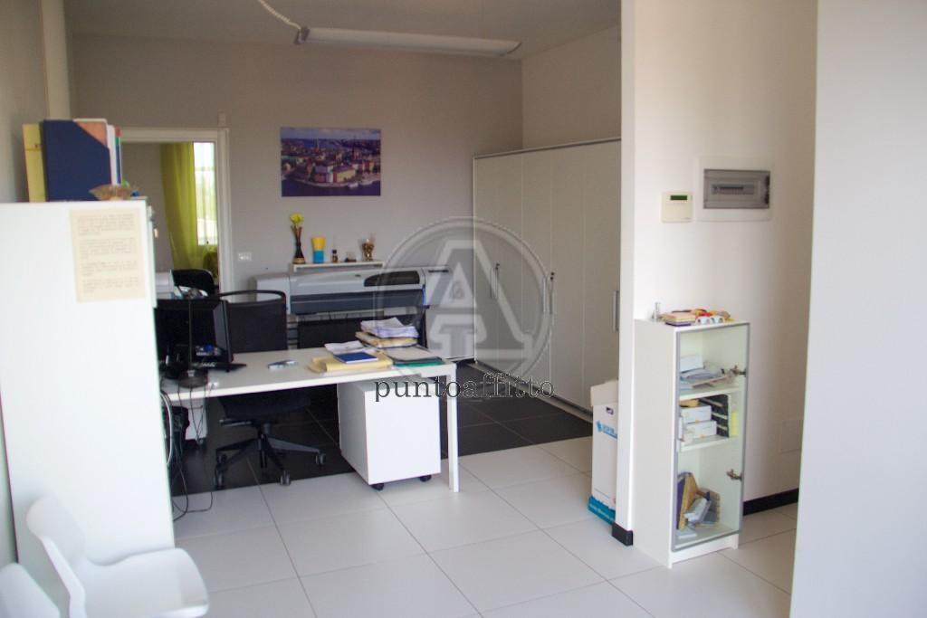 Ufficio / Studio in affitto a Lucca, 2 locali, prezzo € 550 | CambioCasa.it