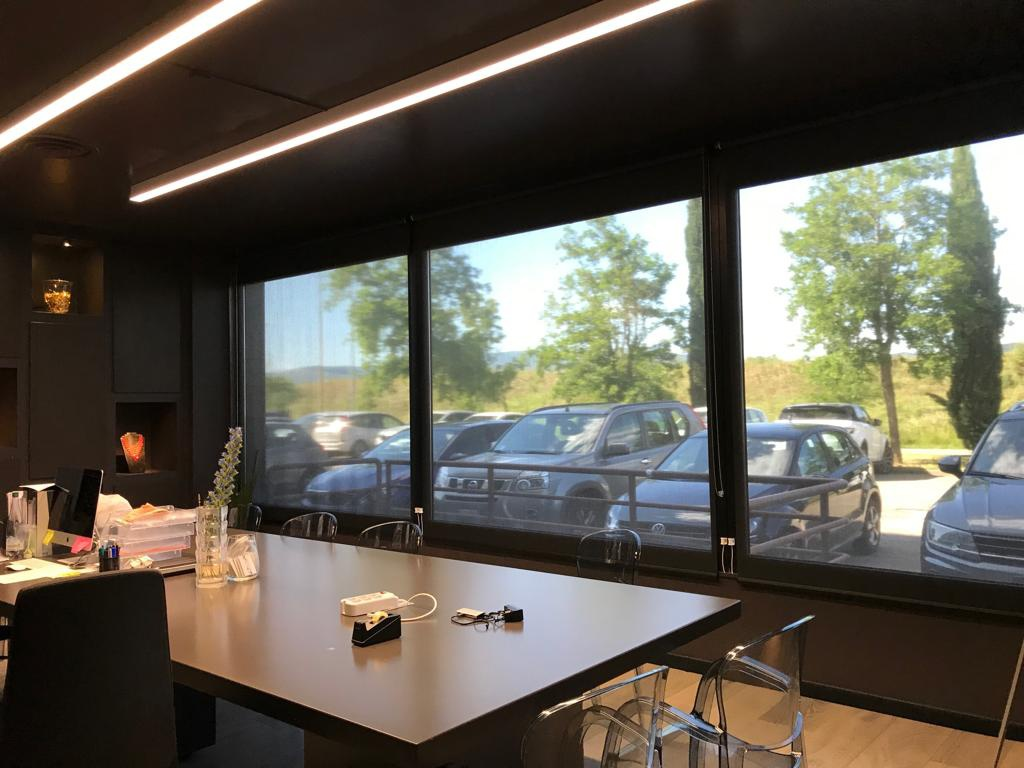 FONDO COMMERCIALE - OSMANNORO - Piano terra, 250 mq, ottime finiture, completamente ristrutturato, suddiviso in vari locali. tre posti auto. Classe energertica G. Libero da Settembre. Euro 3.500 mensili.