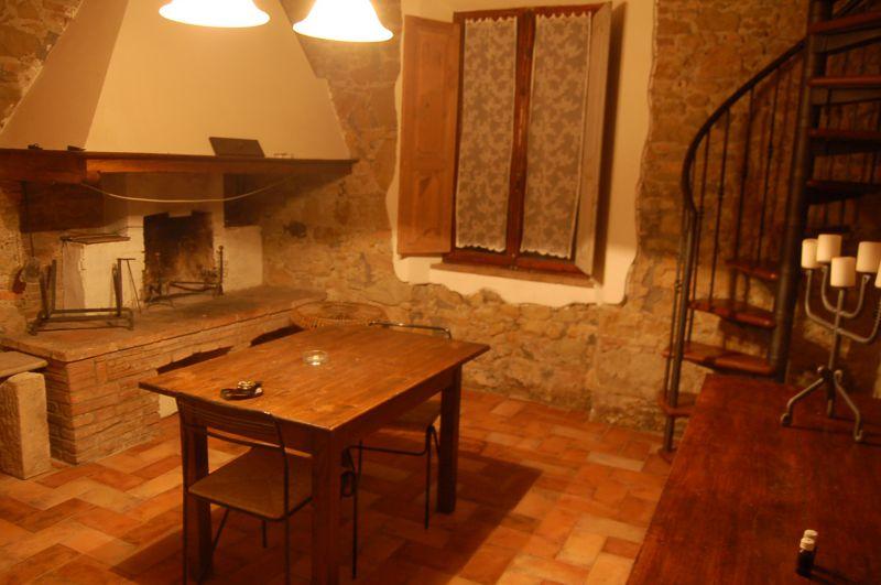 Pastina -- appartamento ristrutturato in stile rustico, composto da ingresso, soggiorno con angolo cottura, bagno, due camere, taverna con camino collegata con scala interna. Terreno uso giardino di 100 mq c.a