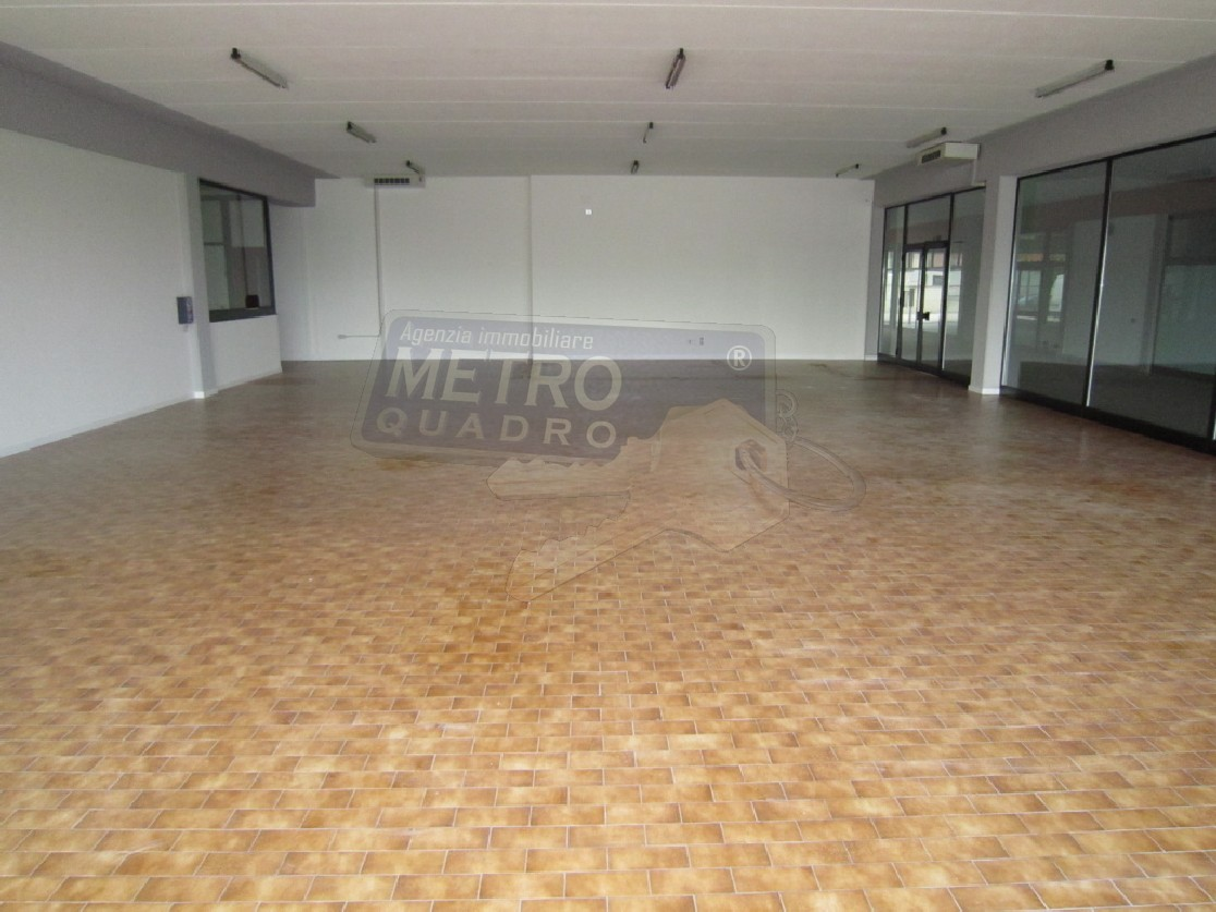 Negozio / Locale in affitto a Thiene, 4 locali, prezzo € 2.500 | CambioCasa.it