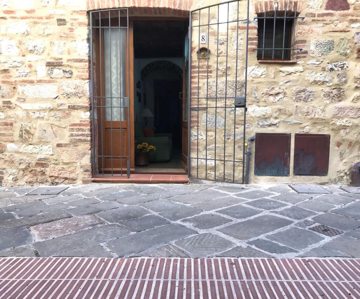 Curato appartamento al bellissimo centro storico di Caldana; 50 mq a 80.000 € a piano terra con 2 camere.