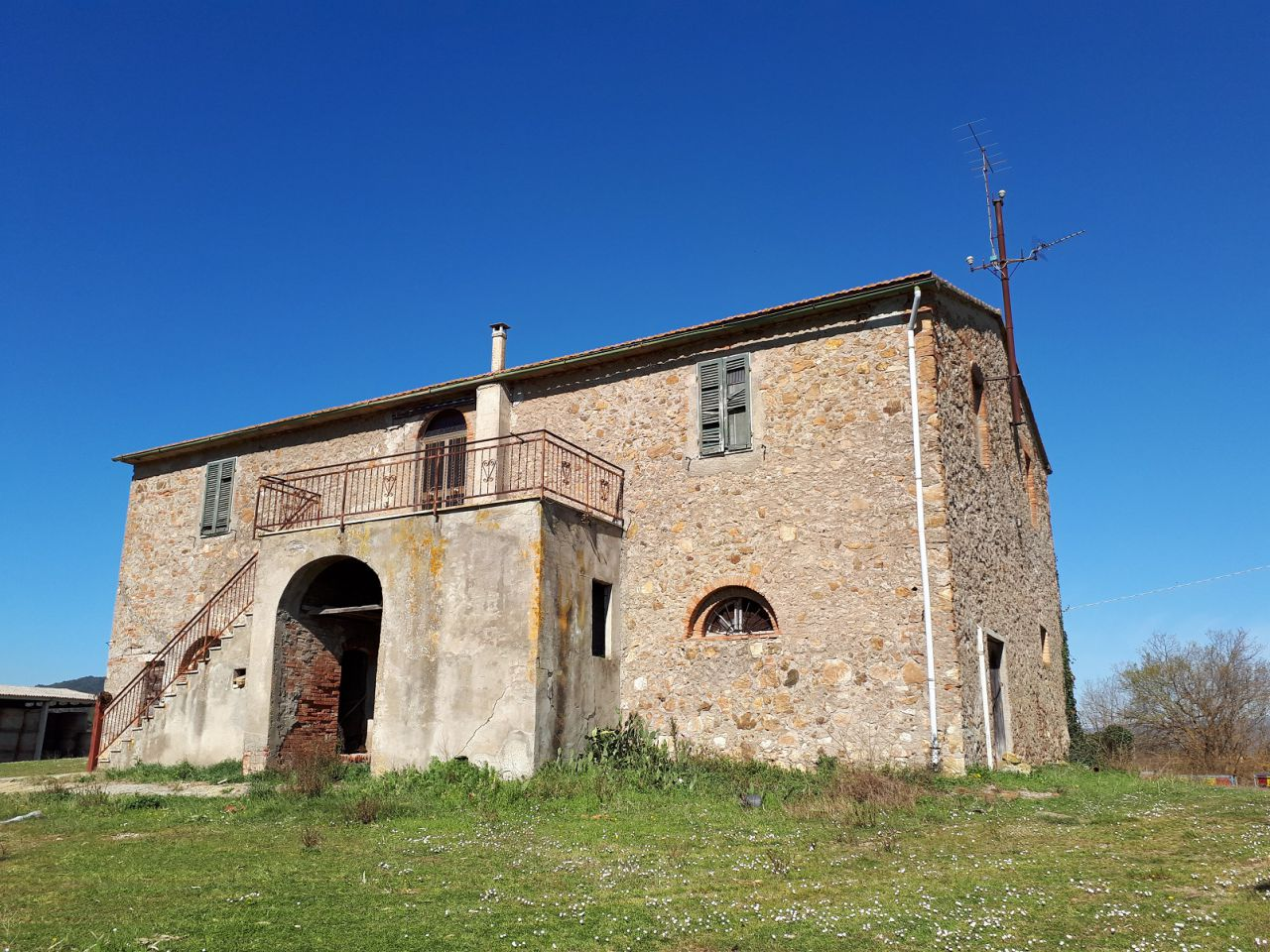 Maremma: Grande Azienda Agricola in posizione bellissima e strategica, con 44 ha di terra, un storico casale in pietra e diversi annesi.