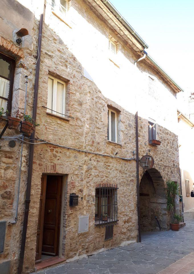 Terratetto di circa 100mq con balcone in centro storico a Caldana a 85.000 €.