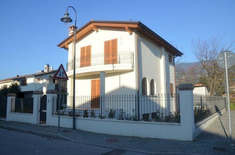 Soluzione Indipendente in vendita a Montignoso, 6 locali, zona Località: GENERICA, prezzo € 550.000 | Cambio Casa.it