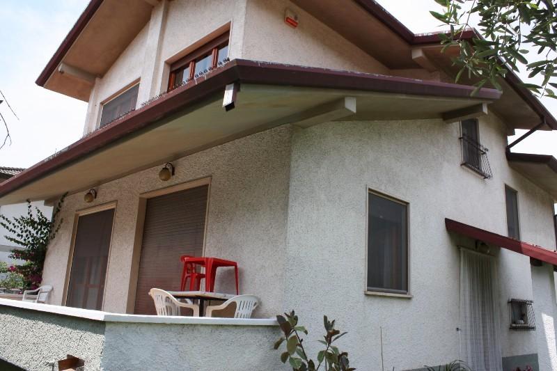 Villa in vendita a Montignoso, 10 locali, zona Località: GENERICA, prezzo € 375.000 | Cambio Casa.it