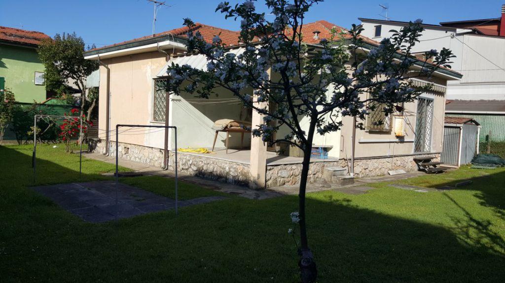 Soluzione Indipendente in vendita a Massa, 9999 locali, zona Località: MARINA DI MASSA, prezzo € 410.000 | Cambio Casa.it