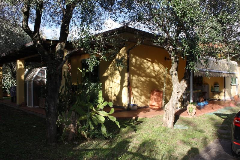 Villa in vendita a Massa, 8 locali, zona Località: CENTRO, Trattative riservate | Cambio Casa.it