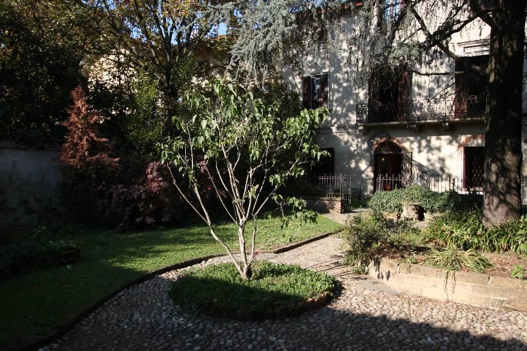 Palazzo / Stabile in vendita a Calvenzano, 12 locali, Trattative riservate | Cambio Casa.it