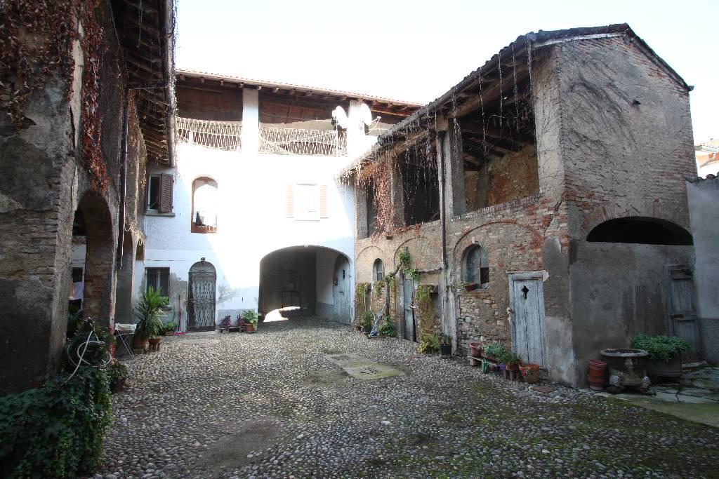 Palazzo / Stabile in vendita a Calvenzano, 12 locali, Trattative riservate | CambioCasa.it