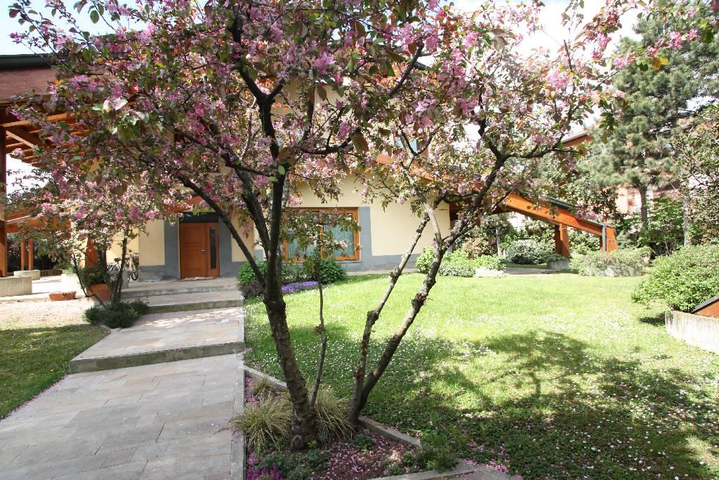 Palazzo / Stabile in vendita a Caravaggio, 10 locali, Trattative riservate | CambioCasa.it