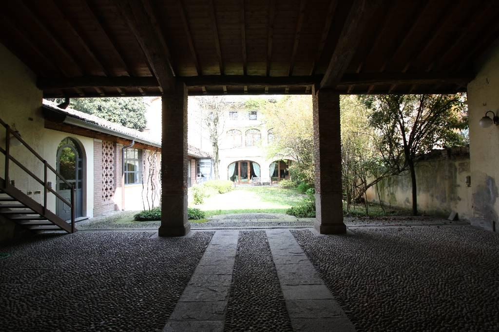 Palazzo / Stabile in vendita a Calvenzano, 10 locali, Trattative riservate | CambioCasa.it