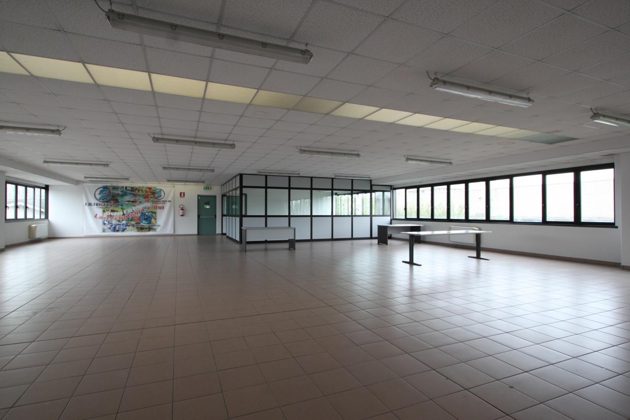 Ufficio / Studio in affitto a Treviglio, 5 locali, prezzo € 2.100 | CambioCasa.it
