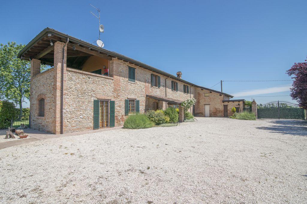 Rustico / Casale in vendita a Carpaneto Piacentino, 4 locali, zona Località: CARPANETO, prezzo € 470.000 | Cambio Casa.it